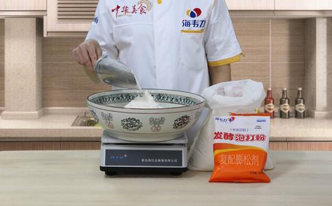 杂粮发糕发酵泡打粉的用法简介,称量面粉