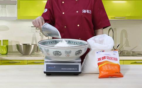 高粱面发糕发酵泡打粉的用法简介,称量面粉